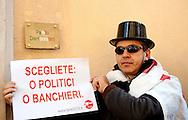 Roma 25 Gennaio 2013.<br /> La vostra banca non la paghiamo.<br /> Manifestazione  di  Fare per Fermare il declino, davanti alla sede del Partito Democratico in Largo del Nazareno, sulla vicenda del Monte dei Paschi di Siena..