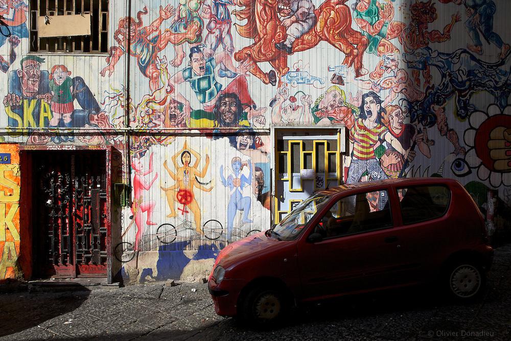 Graffitis in a street of Napoli, Italy. Un mur couvert de Graffitis, Naple, Italie.