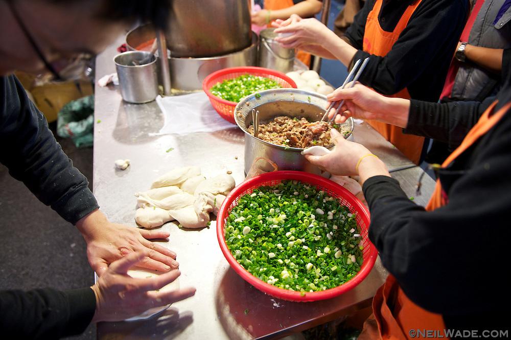 Raohe Night Market (饒河夜市) - Pork and Spring Onion Sandwich - 胡椒餅