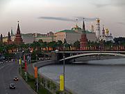 Blick von einer naheliegenden Brücke über die Moskwa auf den Kreml.<br /> <br /> View from  a bridge across the Moskva River to the Kremlin in Moscow.