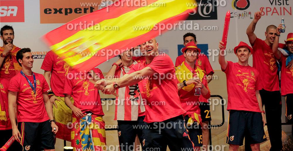 12.07.2010, Madrid, Spanien, ESP, FIFA WM 2010, Empfang des Weltmeisters in Madrid, im Bild Pepe Reina schwingt die spanische Flagge, EXPA Pictures © 2010, PhotoCredit: EXPA/ Alterphotos/ Acero / SPORTIDA PHOTO AGENCY