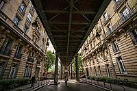 Sous le Pont Bir-Hakeim (Underneath Bir-Hakeim Bridge)
