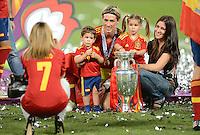 FUSSBALL  EUROPAMEISTERSCHAFT 2012   FINALE Spanien - Italien            01.07.2012 Fernando Torres mit seinen Kindern Leo und Nora und Ehefrau Olalla