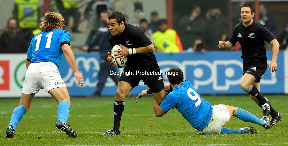 14 11 2009 Milan ( Italy )<br /> Sport, rugby<br /> Italy vs New Zealand 6-20 - Rugby's test match at Meazza Stadium in Milan, Italy.<br /> In the photo: Tamati Ellison (New Zealand) challenges a ball with Mirco Bergamasco (L) and Tito Tebaldi (Italy). <br /> &copy; Giorgio Perottino /PENTASPORT