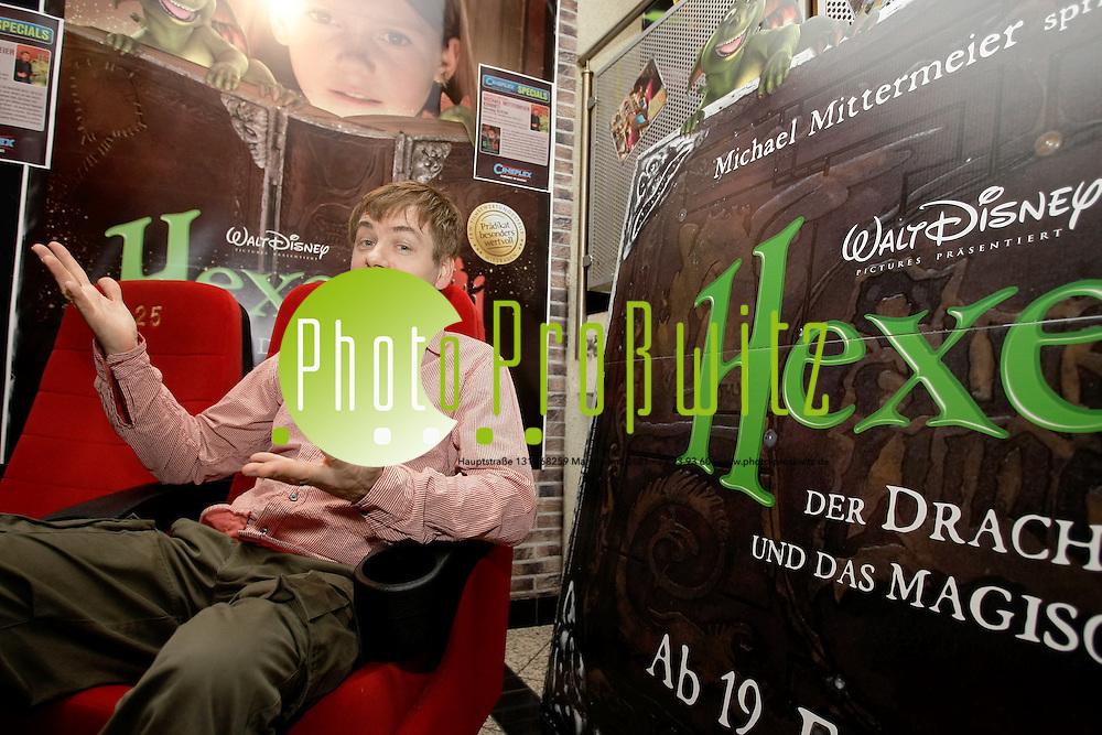 Mannheim. Cineplexx. Kino. Michael Mittermeier stellt seinen neuen Film vor, in dem er einen kleinen Drachen die Stimme gegeben hat.<br /> Michael's Kinodebut steht vor der T&uuml;r: am 19. Februar kommt der Film &bdquo;Hexe Lilli, der Drache und das magische Buch&quot; in die Kinos. Hexe Lilli - wer kennt sie nicht, die poul&auml;ren Kinderb&uuml;cher von KNISTER.<br /> <br /> Jetzt kommt Hexe Lilli endlich auch auf die gro&szlig;e Kinoleinwand! Unter der Regie von Stefan Ruzowitzky, der letztes Jahr den Oscar f&uuml;r seinen Film &bdquo;die F&auml;scher&quot; bekommen hat, hat auch Michl seinen ersten Schritt Richtung Kino gewagt: er gibt dem kleinen, dicken, etwas verfressenen und tollpatschigen animierten Drachen Hektor seine Stimme - und erlebt dabei zusammen mit der Superhexe Lilli viele Abenteuer!<br /> <br /> Anja Kling, Ingo Naujoks und auch Yvonne Catterfeld in einer Gastrolle sind mit von der Partie - wir sehen uns im Kino!<br /> <br /> <br /> Bild: Markus Pro&szlig;witz<br /> <br /> ++++ Archivbilder und weitere Motive finden Sie auch in unserem OnlineArchiv. www.masterpress.org ++++