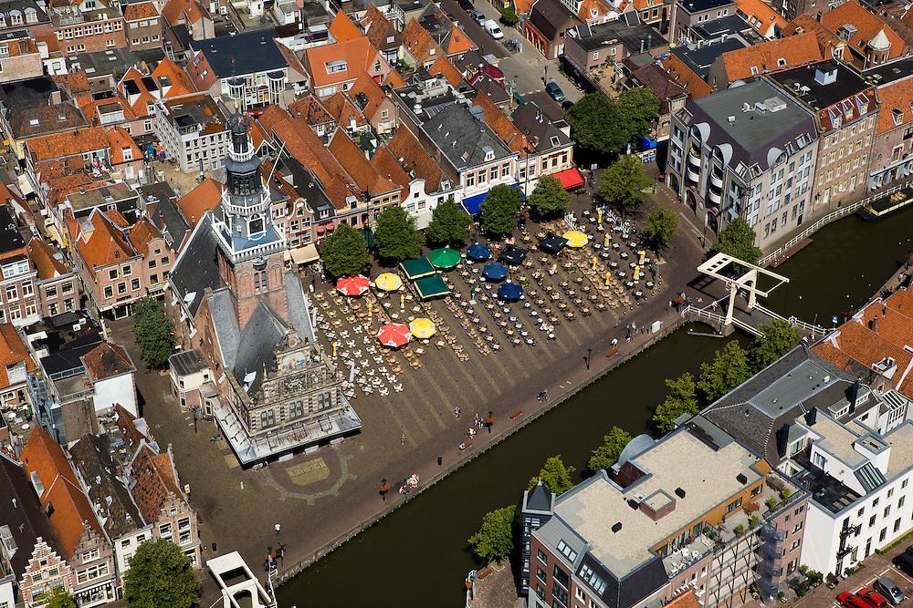 Nederland, Noord-Holland, Alkmaar, 14-07-2008; Waag omgeven door terrassen met parasols, op het Waagplein wordt op vrijdag in het seizoen de wekelijkse toeristische kaasmarkt gehouden; toeristische attractie, Waaggebouw, gouda, kaasdrager*.terras; toerisme. .luchtfoto (toeslag); aerial photo (additional fee required); .foto Siebe Swart / photo Siebe Swart
