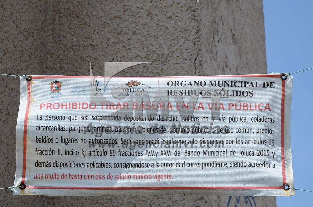 Toluca, México (Noviembre 07, 2016).- Aún cuando el ayuntamiento advierte de sancionar al que sorprenda tirando basura en la esquina de las calles Ing. Garcia Moreno y  Gomez Farias, personas de la zona continuan dejando sus desechos en la calle. Agencia MVT / Arturo Hernández.