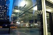 USA, Nordamerika, New York, New York City, Manhattan, Hochhaeuser, Glas,  Glasscheiben, International Center of Photography 6th Avenue Ecke 43rd Strasse, im Vordergrund die Schule des Zentrums, im Hintergrund das Museum .International Center of Photography 6th Avenue at 43rd Street, the photography school of the center in foreground, the museum in background..(digital photo: 3200 ASA/ 36 DIN )