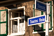 DEU, Germany, North Rhine-Westphalia, Ruhr area, Essen, garden city Margarethenhoehe, road sign, the name of the street means Familiar Home.<br /> <br /> DEU, Deutschland, Nordrhein-Westfalen, Ruhrgebiet, Essen, Gartenstadt Margarethenhoehe, Strassenschild.