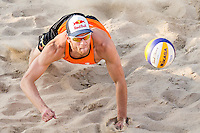 ROTTERDAM - Poulewedstrijd Brouwer/Meeuwsen - Huver/Seidl , Beachvolleybal , WK Beach Volleybal 2015 , 27-06-2015 , Alexander Brouwer duikt naar de bal
