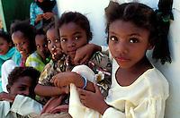 """Pakistan - """"Shiddis """", esclaves de l'empire des Indes - C'est à Mango Pir, mausolée d'un saint soufi du XIII éme siècle, situé à l'extérieur de Karachi que cette communauté noire, tiraillée entre ses racines africaines animistes et son identité musulmane pakistanaise, se retrouve et s'épanouit. Ils campent autour du mausolée dans des abris de fortune - Pendant quatre jours, des milliers de Shiddis venus de tout le sud du Pakistan, festoient, dansent, chantent, prient ensemble - Enfants shiddi // Pakistan, Shiddi, the black of Pakistan with African origine"""