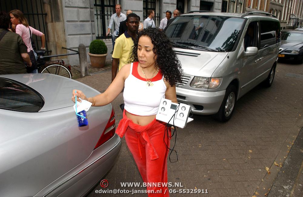 NLD/Amsterdam/20050716 - Mariah Carey verlaat het Blakes hotel in Amsterdam, vriendin