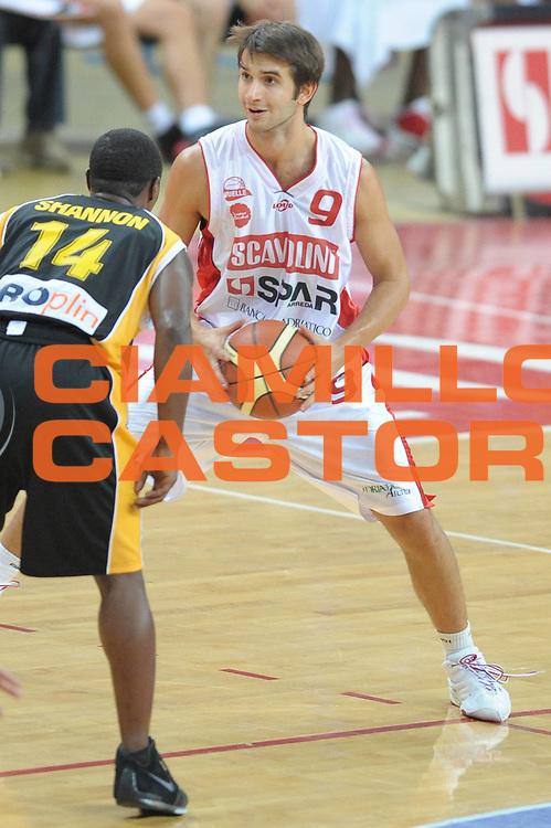 DESCRIZIONE : Pesaro Lega A1 2008-09 2&deg; Memorial Alphonso Ford Scavolini Spar Pesaro KK Spalato <br /> GIOCATORE : Jeleel Akindele<br /> SQUADRA : Scavolini Spar Pesaro<br /> EVENTO : Campionato Lega A1 2008-2009 <br /> GARA : Scavolini Spar Pesaro KK Spalato<br /> DATA : 18/09/2008 <br /> CATEGORIA : Palleggio<br /> SPORT : Pallacanestro <br /> AUTORE : Agenzia Ciamillo-Castoria/G.Ciamillo<br /> Galleria : Lega Basket A1 2008-2009 <br /> Fotonotizia : Pesaro Lega A1 2008-09 2&deg; Memorial Alphonso Ford Scavolini Spar Pesaro KK Spalato <br /> Predefinita :