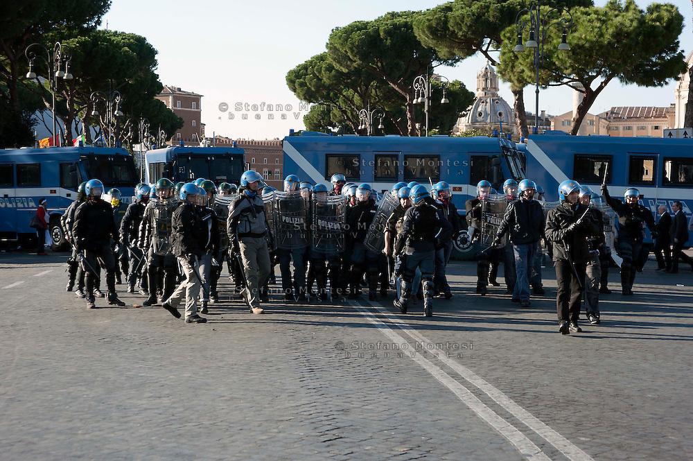 Roma  15 Ottobre 2011.Manifestazione contro la crisi e l'austerità.La polizia si schiera in via dei Fori Imperiali