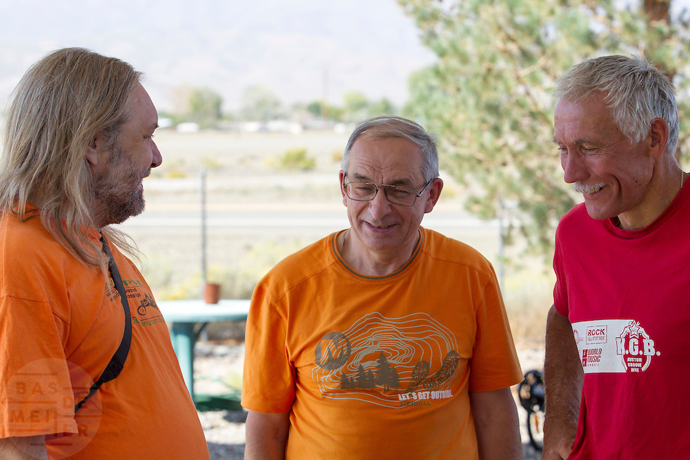 Teams ontmoeten elkaar bij het Super 8 Motel in Battle Mountain. In Battle Mountain (Nevada) wordt ieder jaar de World Human Powered Speed Challenge gehouden. Tijdens deze wedstrijd wordt geprobeerd zo hard mogelijk te fietsen op pure menskracht. Ze halen snelheden tot 133 km/h. De deelnemers bestaan zowel uit teams van universiteiten als uit hobbyisten. Met de gestroomlijnde fietsen willen ze laten zien wat mogelijk is met menskracht. De speciale ligfietsen kunnen gezien worden als de Formule 1 van het fietsen. De kennis die wordt opgedaan wordt ook gebruikt om duurzaam vervoer verder te ontwikkelen.<br /> <br /> In Battle Mountain (Nevada) each year the World Human Powered Speed Challenge is held. During this race they try to ride on pure manpower as hard as possible. Speeds up to 133 km/h are reached. The participants consist of both teams from universities and from hobbyists. With the sleek bikes they want to show what is possible with human power. The special recumbent bicycles can be seen as the Formula 1 of the bicycle. The knowledge gained is also used to develop sustainable transport.