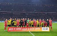 Fussball  DFB Pokal  Achtelfinale  2017/2018   FC Bayern Muenchen - Borussia Dortmund        20.12.2017 Aufstellung beider Mannschaften hinter der Bande, Vereint im Herzen Europas, fuer die Europameisterschaft 2024 in Deutschland