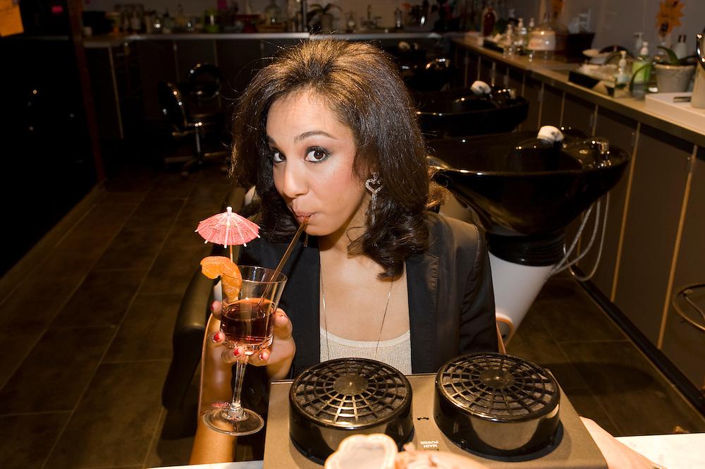 Hair Twenty Four, beauty salon and spa in Manhattan, New York, corner of Madison Avenue and 28th street, owner Kim Jihee from Korea..Kundin und Model Jolika Ullah am Nageltrocknungsgeraet mit Drink