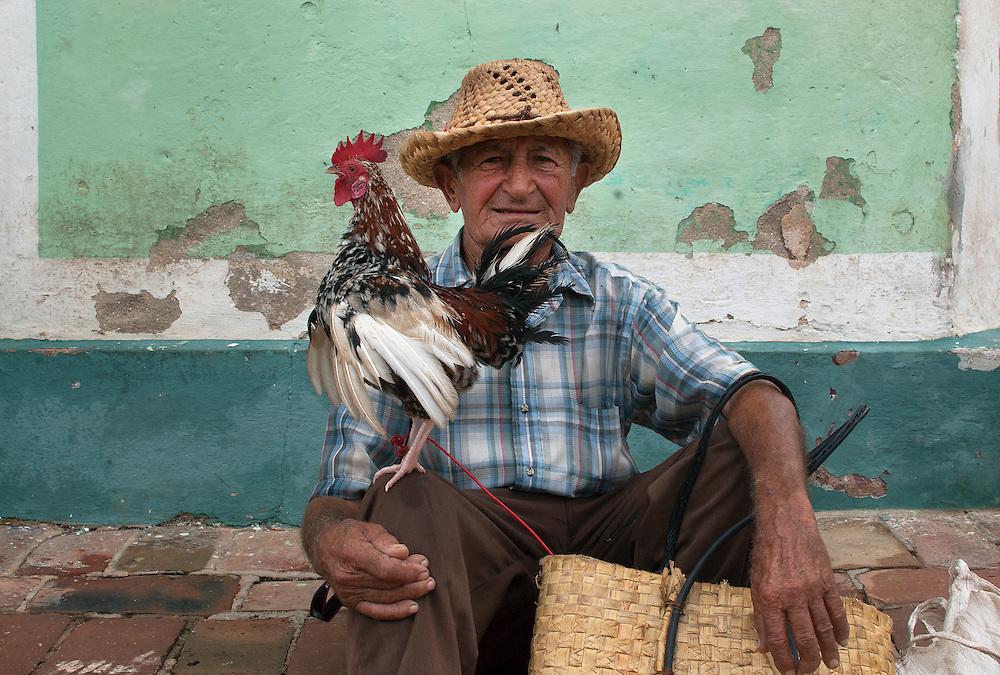 Un fabuleux m&eacute;tissage.<br /> <br /> En 2010, la population cubaine &eacute;tait estim&eacute;e &agrave; 11 269 700 habitants. 37 % des Cubains sont d&rsquo;origine espagnole, 51 % sont des m&eacute;tis (des &laquo; mul&acirc;tres &raquo;), 11 % sont des Noirs. Les Asiatiques ne repr&eacute;sentent que 1 % de la population et la part des descendants des Am&eacute;rindiens, occupants originels de l&rsquo;&icirc;le, est encore plus faible. <br /> <br /> La soci&eacute;t&eacute; cubaine n&rsquo;a commenc&eacute; &agrave; s&rsquo;unifier qu&rsquo;&agrave; partir de la r&eacute;volution castriste, qui pr&ocirc;nait l&rsquo;&eacute;galit&eacute; entre les races.<br /> <br /> Aujourd&rsquo;hui, la richesse de Cuba r&eacute;side dans son m&eacute;tissage. Ce m&eacute;tissage est pr&eacute;sent dans tous les aspects de la vie : dans la culture, la musique ou la religion.<br /> <br /> Cette s&eacute;rie de portraits nous montre des gens dans l&rsquo;attente de jours meilleurs. Malgr&eacute; les difficult&eacute;s &eacute;conomiques, ces visages sont beaux, les regards chaleureux, les enfants souriants.<br /> <br /> A fabulous mixed race<br /> <br /> Cuba has an estimated population of 11 269 700 in inhabitants. The statistics state that there are 37% white, 11% of blacks and about 51% of mixed race. However, Cubans today do not distinguish between races and believe that all belong to the same ethnic group, which has various fruit traits of the various native groups.<br /> These portraits show people who are waiting for a better life. Despite the economics difficulties they have a beautiful look, they have warm smile.