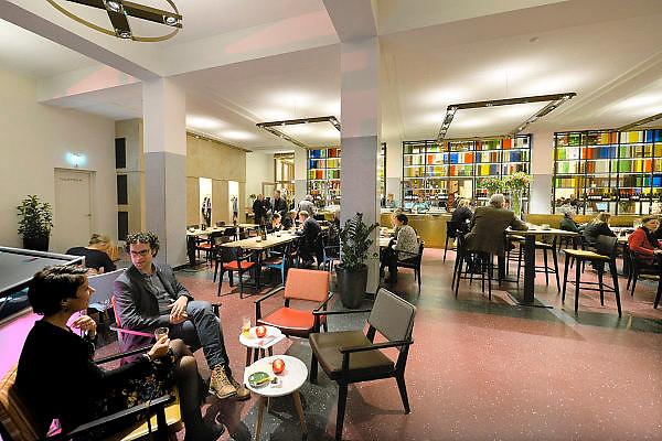 Nederland, Nijmegen, 16-10-2015Interieur van de vernieuwde Vereeniging. De ornamenten in de zaal zijn in de originele kleur geschilderd, de akoestiek is weer terug op het niveau van voor 2014 middels subtiele aanpassingen en de hal, lobby, foyer is helemaal omgegooid en geintergreerd met het grand cafe erachter.Foto: Flip Franssen/ HH