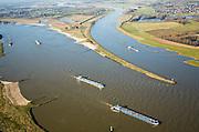 Nederland, Gelderland, Doornenburg (Gemeente Lingewaard), 11-02-2008;  de Pannerdensche Kop gezien in Noordwestelijke richting, de Rijn splist zich in Waal (links) en Pannerdensch Kanaal (rechts, overgaand in Neder-Rijn); het voormalig Fort Pannerden ligt op tweederde  van deze landtong; de strekdammen (of kribben) in rivier en kanaal zorgen voor goede bevaarbaarheid; navigatie, kanalisatie, waterbeheer, binnennvaart, beroepsvaart, rijnaak, binnenvaart, verkeer en vervoer, scheepvaart..luchtfoto (toeslag); aerial photo (additional fee required); .foto Siebe Swart / photo Siebe Swart