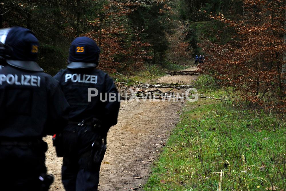 Im Vorfeld des Castortransports kommt es im Waldgebiet G&ouml;hrde im Wendland immer wieder zu Stra&szlig;en- und Schienenblockaden.<br /> <br /> Ort: Leitstade<br /> Copyright: Christina Palitzsch<br /> Quelle: PubliXviewinG