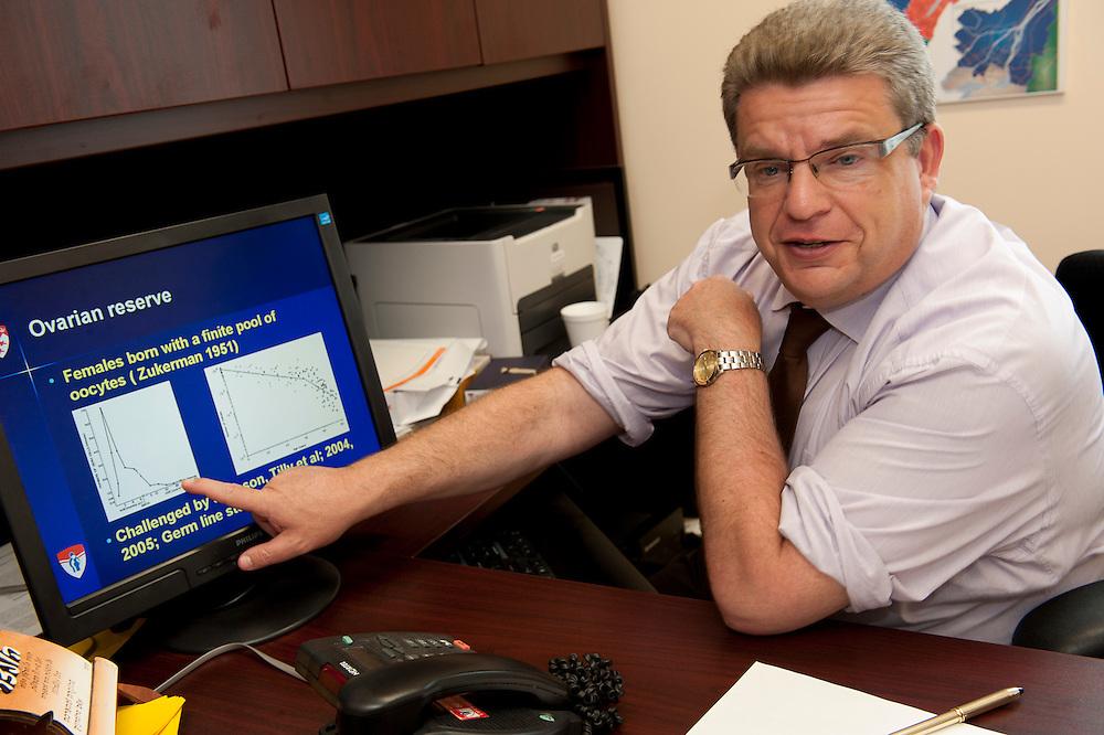 Dr Hananel Holzer directeur du programme de fécondation in vitro du centre universitaire de santé de McGill.