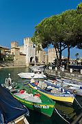 Hafen und Castello Scaligero, Sirmione, Gardasee, Lombardei, Italien | port and Castello Scaligero, Sirmione, Lake Garda, Lombardy, Italy
