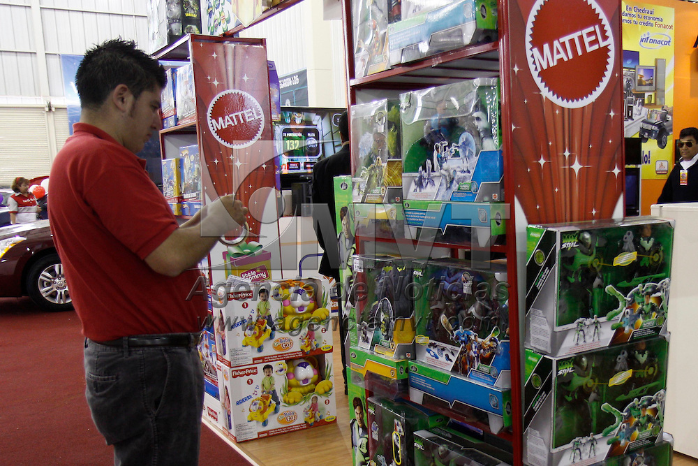 LERMA, México.- En la Feria Total del Crédito en el CIECEM trabajadores podrán encontrar prendas de vestir, electrodomésticos, muebles, computación, juguetes, entre otras cosas que podrán adquirir a crédito para esta época navideña. Agencia MVT / Crisanta Espinosa. (DIGITAL)