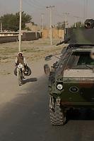"""11 AUG 2003, KABUL/AFGANISTAN:<br /> Transportpanzer """"Fuchs""""  mit Bewaffnung Maschinengewehr des deutschen Kontingents der International Security Assistance Force, ISAF, fahren  durch Kabul<br /> IMAGE: 20030811-01-099<br /> KEYWORDS: Bundeswehr, Streitkraefte, Streitkräfte,  Logo, Schriftzug, sign, Bundeswehr, Panzer, MG, Tank"""