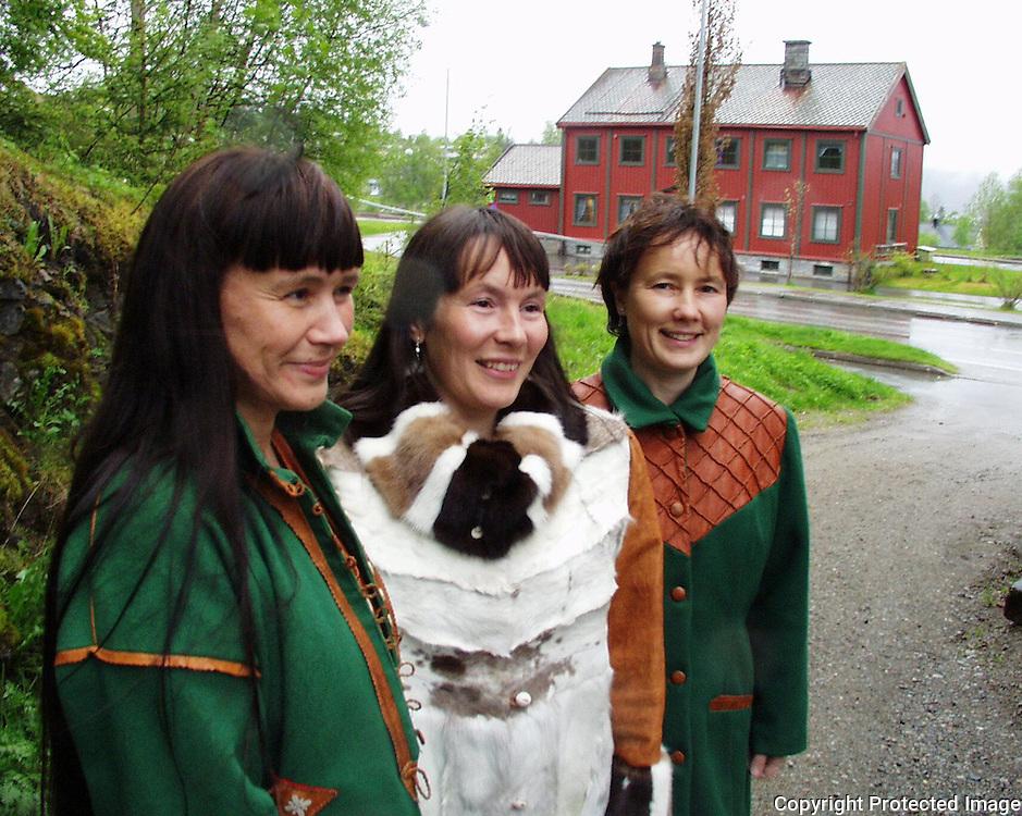 Laila G. (28) t.v., Hanne-Lena (33) og Eva Anette Wilks (34), designere/sløydere, Snåsa