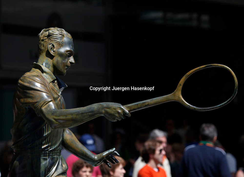 French Open 2010, Roland Garros, Paris, Frankreich,Sport, Tennis, ITF Grand Slam Tournament,  Skulptur eines Tennisspielers,Feature,..Foto: Juergen Hasenkopf..