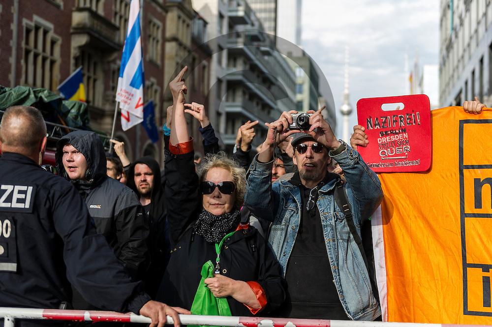 Eine Gegendemonstrantin zeigt w&auml;hrend der Demonstration der rechtsextremen Identit&auml;ren Bewegung am 17.06.2016 in Berlin, Deutschland den Mittelfinger in Richtung der Demo. Mehre hundert Menschen demonstrierten gegen den ersten Marsch der rechtsextremen Identit&auml;ren Bewegung in Deutschland. Foto: Markus Heine / heineimaging<br /> <br /> ------------------------------<br /> <br /> Ver&ouml;ffentlichung nur mit Fotografennennung, sowie gegen Honorar und Belegexemplar.<br /> <br /> Bankverbindung:<br /> IBAN: DE65660908000004437497<br /> BIC CODE: GENODE61BBB<br /> Badische Beamten Bank Karlsruhe<br /> <br /> USt-IdNr: DE291853306<br /> <br /> Please note:<br /> All rights reserved! Don't publish without copyright!<br /> <br /> Stand: 06.2016<br /> <br /> ------------------------------