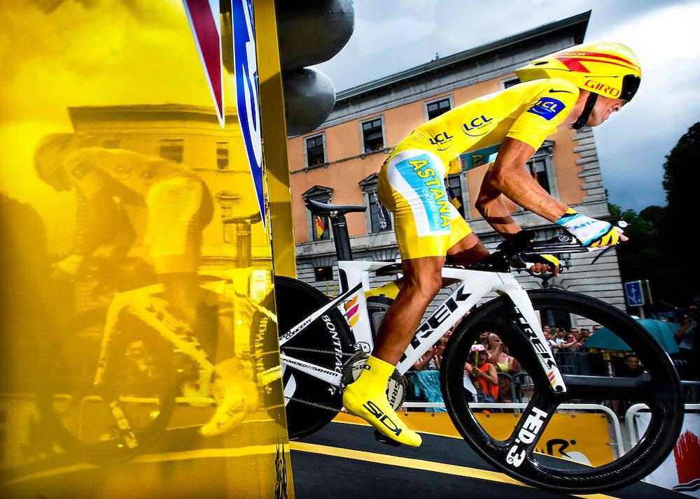 Frankrijk, Annecy, 23-07-2009.<br /> Alberto Contador start voor de tijdrit om het meer van Annecy die hij zal winnen.<br /> Foto: Klaas Jan van der Weij