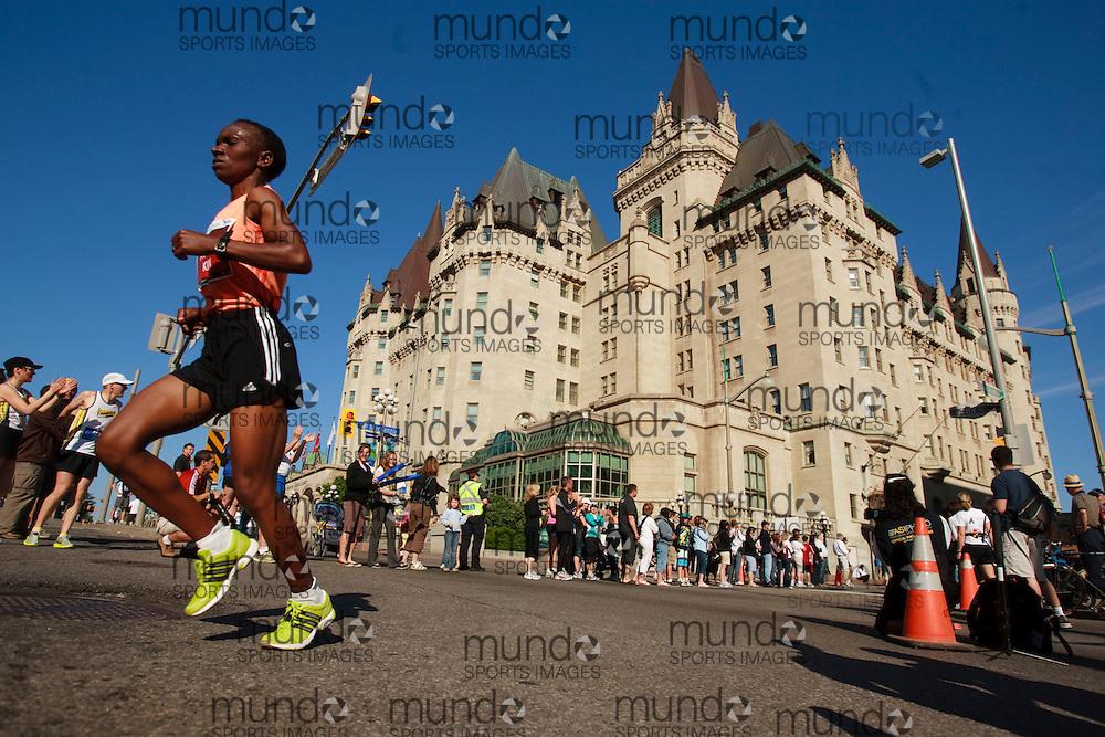 Ottawa, Ontario ---24/05/09--- IRENE JEROTICH KOSGEI runs the 2009 Ottawa Marathon, May 24, 2009. JEROTICH KOSGEI finished in a time of 2:34:27.GEOFF ROBINS Mundo Sport Images