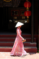 Vietnam. Hué. Femmes en tenue traditionnelle (Ao Dai). // Vietnam. Hué. Traditional dress (Ao Dai).