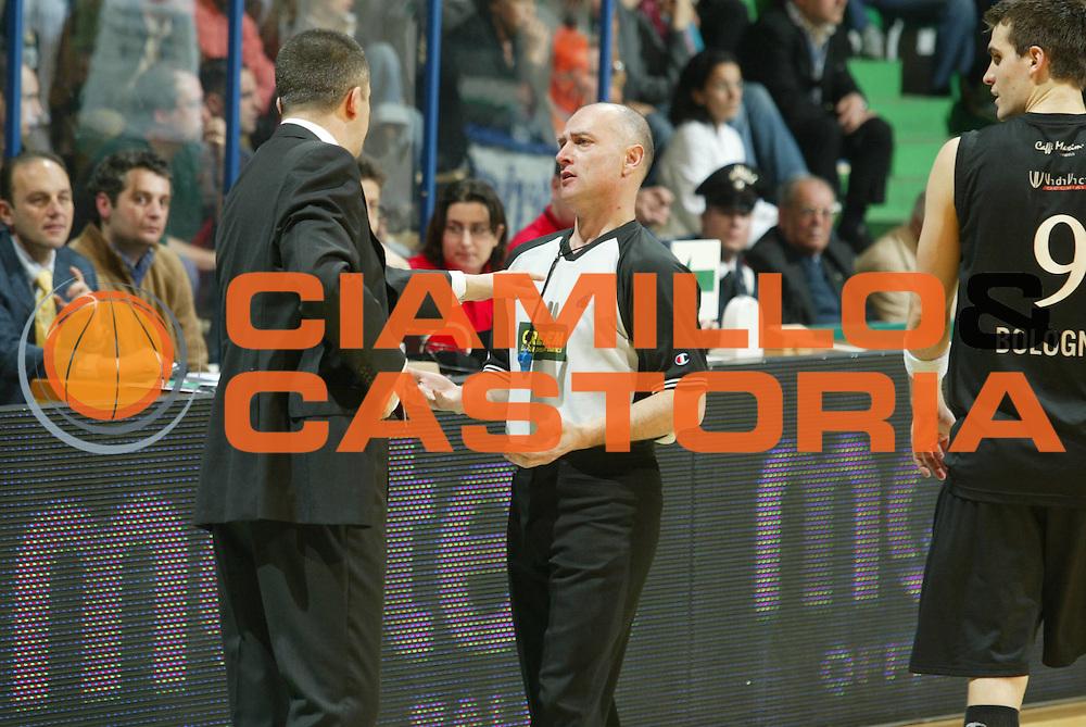 DESCRIZIONE : Siena Lega A1 2005-06 Montepaschi Siena VidiVici Virtus Bologna <br /> GIOCATORE : Markovski Arbitro Drejer <br /> SQUADRA : VidiVici Virtus Bologna <br /> EVENTO : Campionato Lega A1 2005-2006 <br /> GARA : Montepaschi Siena VidiVici Virtus Bologna <br /> DATA : 25/03/2006 <br /> CATEGORIA : Delusione <br /> SPORT : Pallacanestro <br /> AUTORE : Agenzia Ciamillo-Castoria/G.Ciamillo