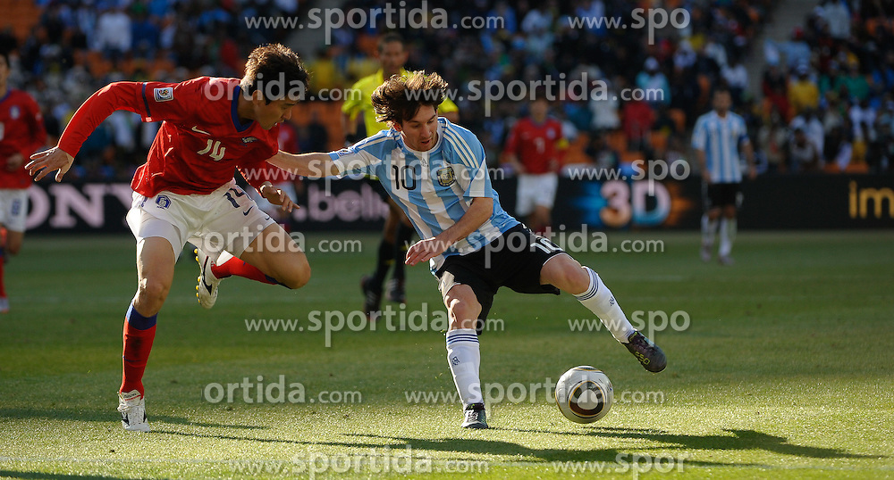 17.06.2010, Soccer City Stadium, Johannesburg, RSA, FIFA WM 2010, Argentinien vs Südkorea im Bild Lionel Messi of Argentina  in action with LEE Jung Soo of South Korea, EXPA Pictures © 2010, PhotoCredit: EXPA/ IPS/ Mark Atkins / SPORTIDA PHOTO AGENCY