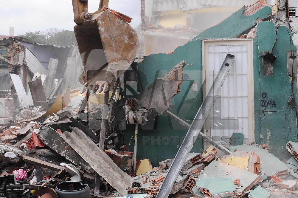 SAO PAULO-SP) 15 DE JANEIRO 2013 - DEMOLICAO CASAS.SP - CIDADES - A prefeitura e a defesa civil comeca a demolicao das Cinco casas que desabaram parcialmente em função das chuvas da noite de segunda-feira (14) na comunidade Pingo de Ouro, no Jabaquara, zona sul de São Paulo.. ADRIANO LIMA / BRAZIL PHOTO PRESS).