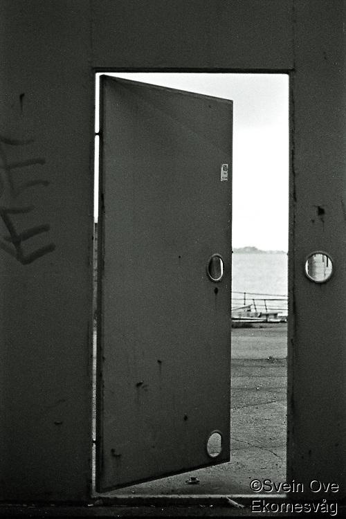 Ålesund 20111113. Dør til et kaiområde ved Molja i Ålesund.<br /> Foto: Svein Ove Ekornesvåg