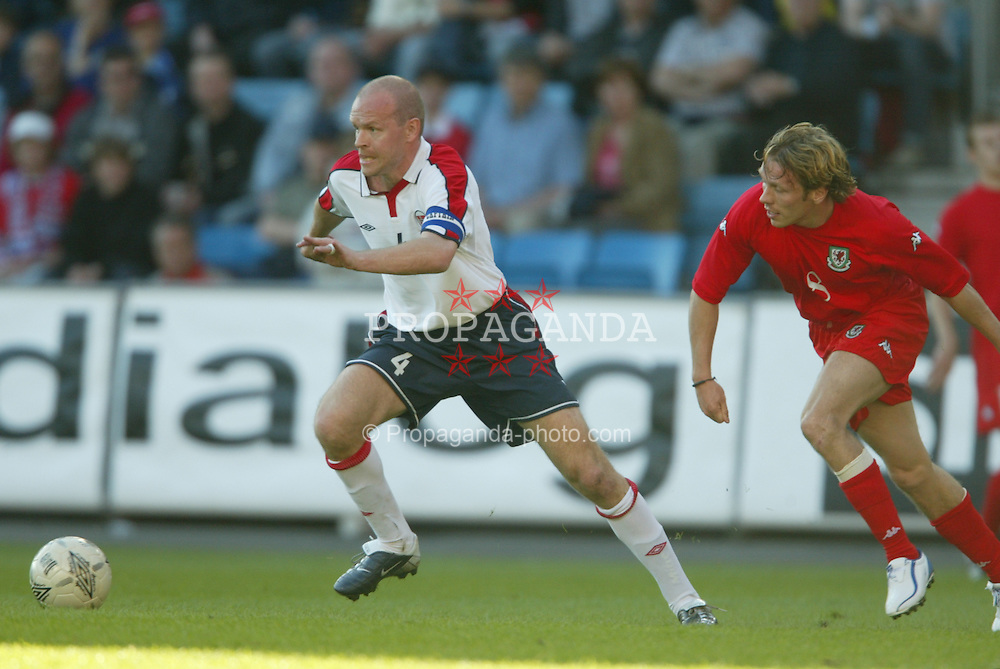 OSLO, NORWAY - Thursday, May 27, 2004:  Norway's Henning Berg gets away from Wales' Craig Bellamy during the International Friendly match at the Ullevaal Stadium, Oslo, Norway. (Photo by David Rawcliffe/Propaganda)