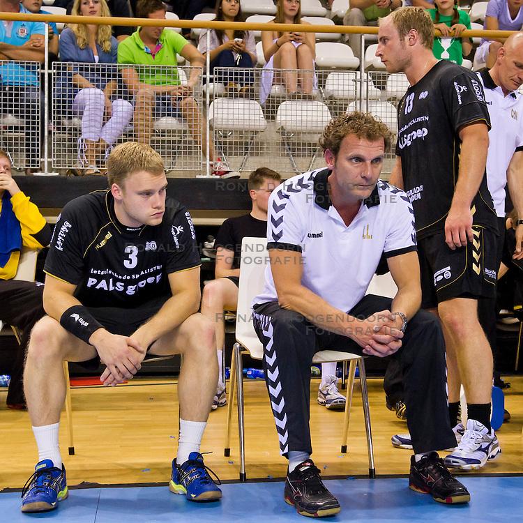 02-06-2011 HANDBAL: BEKERFINALE HURRY UP - O EN E: ALMERE<br /> (L-R) Een teleurgestelde Maarten Lueks en coach Arthur Langedijk<br /> ©2011-FotoHoogendoorn.nl / Peter Schalk