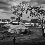 Vue du camp de Gado, au Cameroun, réalisée le 5 novembre 2014. Gado accueille près de 25.000 réfugiés centrafricains, la majorité de confession musulmane. C'est une petite ville à part entière avec son marché, son dispensaire, ses salles de classe. Le camp se découpe en plusieurs secteurs dont chacun est adminstré par un représentant des réfugiés. Un conseil des sages se charge de juger les petits litiges entre les habitants et des comités de vigilance composés de réfugiés patrouillent sur le site pour dissuader toute incursion étrangère ou s'interposer en cas de conflits.