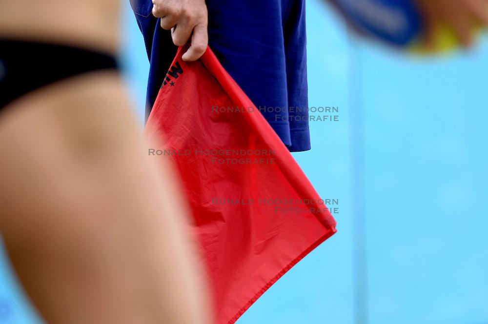 25-08-2006: VOLLEYBAL: NESTEA EUROPEAN CHAMPIONSHIP BEACHVOLLEYBALL: SCHEVENINGEN<br /> Lijnrechter vlag , beach item<br /> &copy;2006-WWW.FOTOHOOGENDOORN.NL