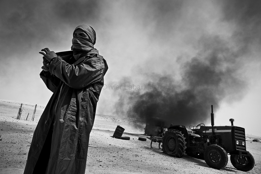 Un rebelle se protège du soleil, le 26 mars 2011 entre Aj Dabiya et Brega.