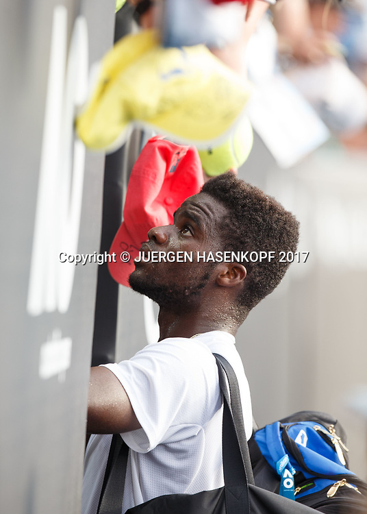 FRANCES TIAFOE (USA) verabschiedet sich vom Publikum, schreibt Autogramme,<br /> <br /> Australian Open 2017 -  Melbourne  Park - Melbourne - Victoria - Australia  - 19/01/2017.