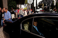 Cavaco Silva leaving a meeting with the new Mozambican President Eduardo Guebuza. This meeting marks the start of Cavaco's campaign for President.