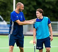 Amstelveen - Jannis van Hattum (Pinoke) met coach Jesse Mahieu (Pinoke) tijdens de training van Pinoke Heren I, naar aanloop van de hoofklasse hockey competitie. COPYRIGHT KOEN SUYK