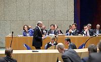 Nederland. Den Haag, 26 oktober 2010.<br /> De Tweede Kamer debatteert over de regeringsverklaring van het kabinet Rutte.<br /> PvdA leider Job Cohen loopt terug naar zijn plek, hij passeert Rutte en Verhagen in vak K. oppositie<br /> Kabinet Rutte, regeringsverklaring, tweede kamer, politiek, democratie. regeerakkoord, gedoogsteun, minderheidskabinet, eerste kabinet Rutte, Rutte1, Rutte I, debat, parlement<br /> Foto Martijn Beekman