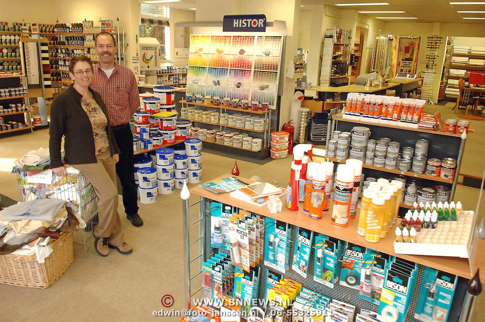 NLD/Huizen/20060314 - Tiggelaven verf en Wonen  Lindelaan Huizen nieuwe eigenaaren