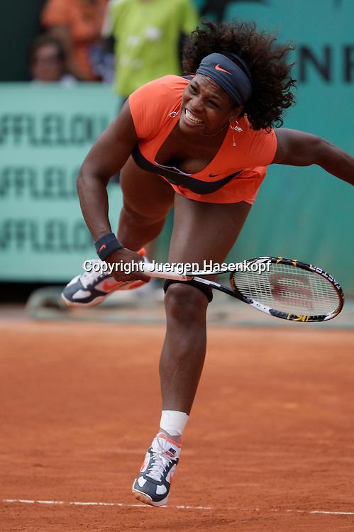 French Open 2009, Roland Garros, Paris, Frankreich,Sport, Tennis, ITF Grand Slam Tournament,<br /> Serena Williams (USA) springt und schlaegt einen Aufsschlag,service,action,<br /> Dynamik,Sprung<br /> <br /> Foto: Juergen Hasenkopf